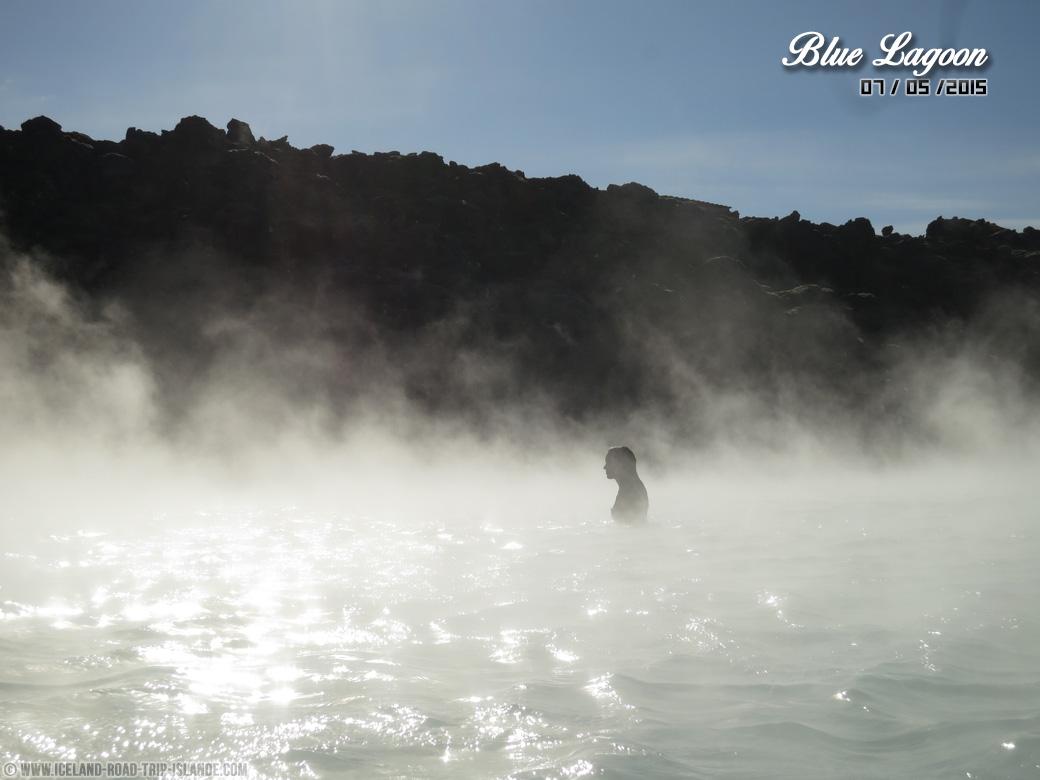 L'eau chaude du Blue Lagoon émet de la fumée