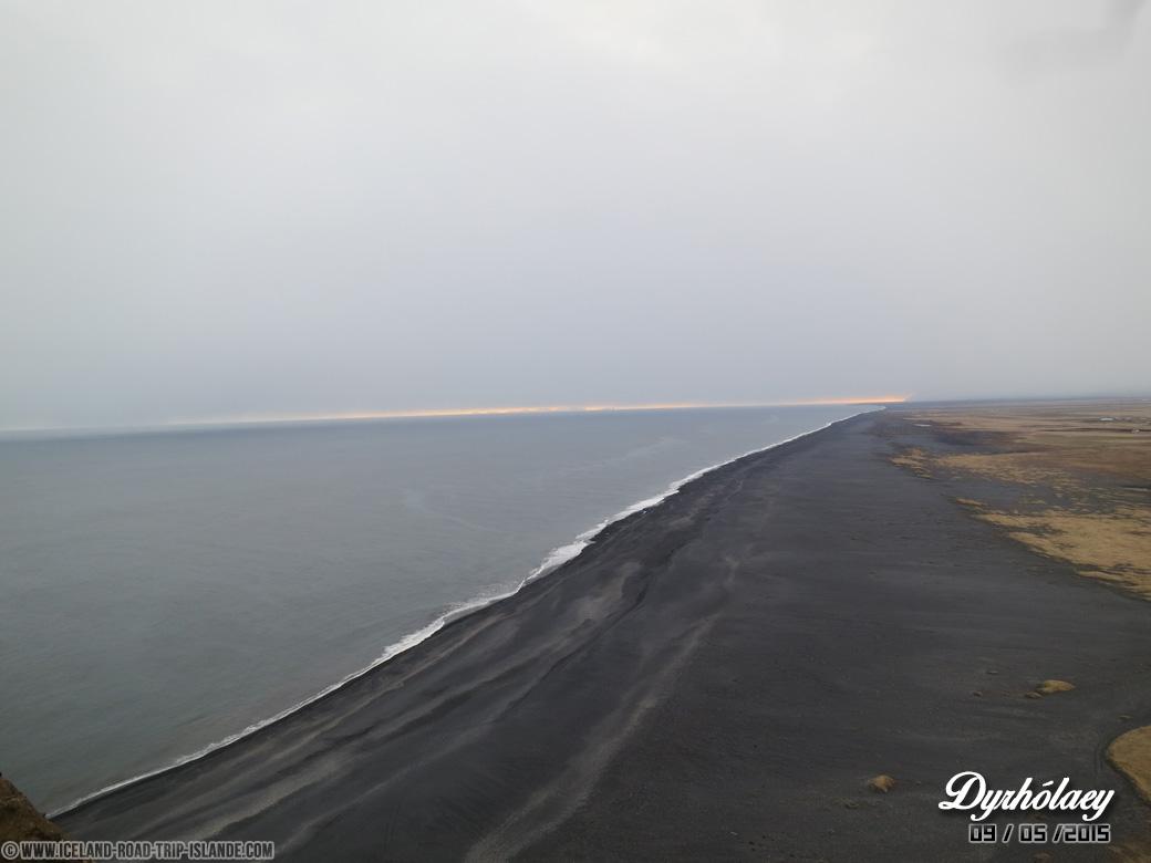 La magnifique plage déserte de Dyrholaey en fin de journée