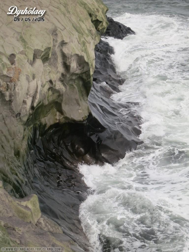 Les falaises de Dyrholaey que la mer vient polir