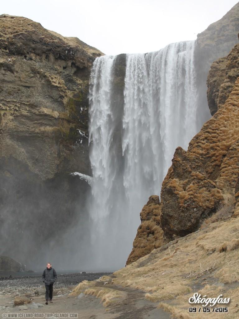 Mise en perspective de la chute d'eau de Skogafoss