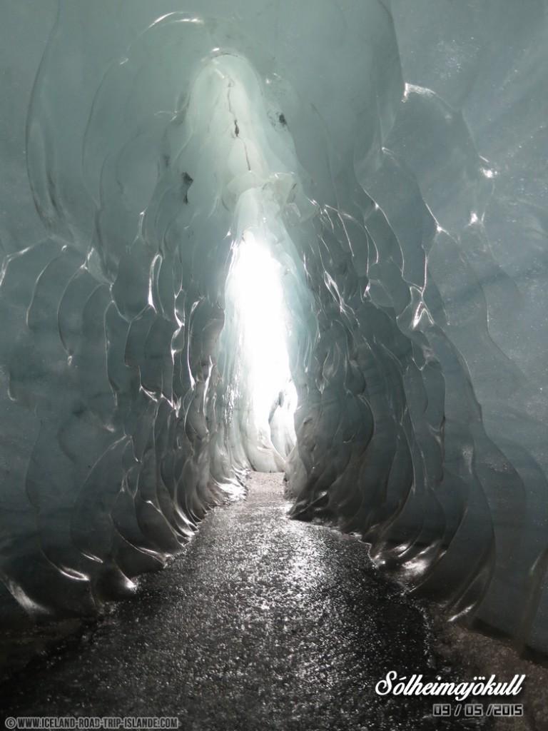 Une magnifique caverne de glace au sein du glacier Solheimajokull