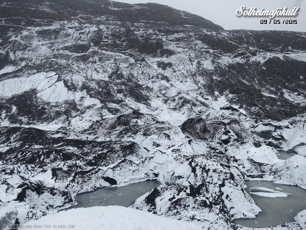 La neige recouvre la poussière volcanique de Solheimajokull