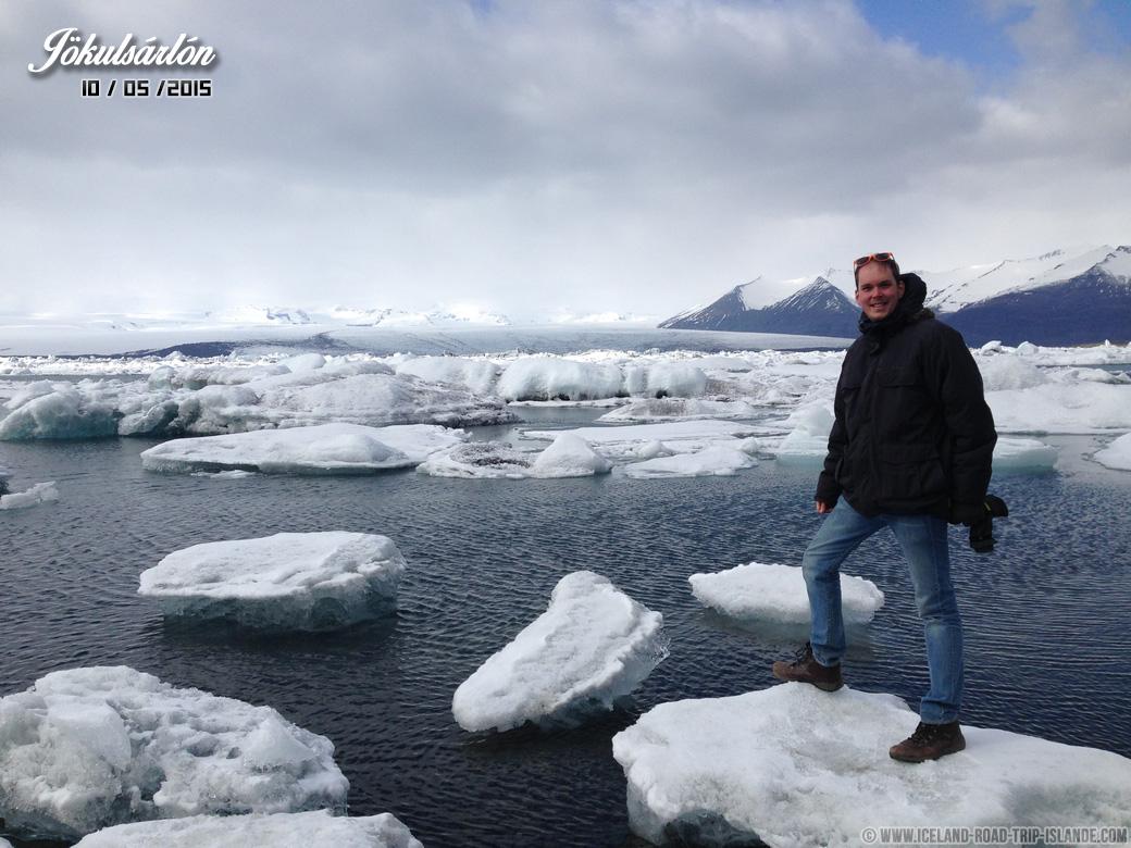Je prends la pose sur un iceberg de Jökulsárlón