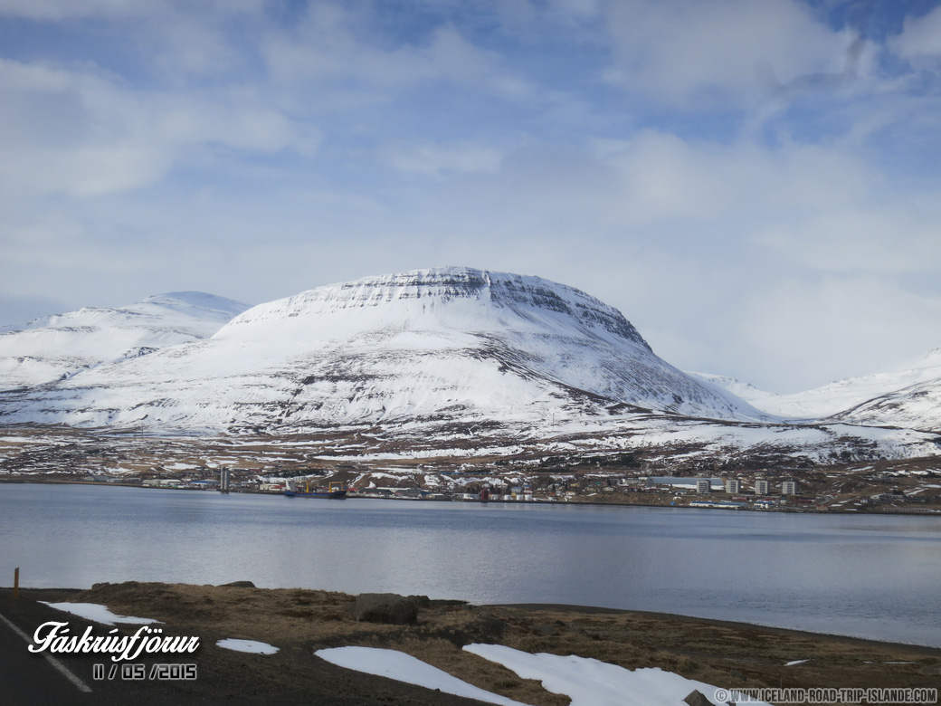 Le fjord avec le village de Fáskrúðsfjörður