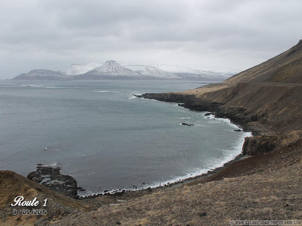 Les falaises magnifiques au bord de la Route 1