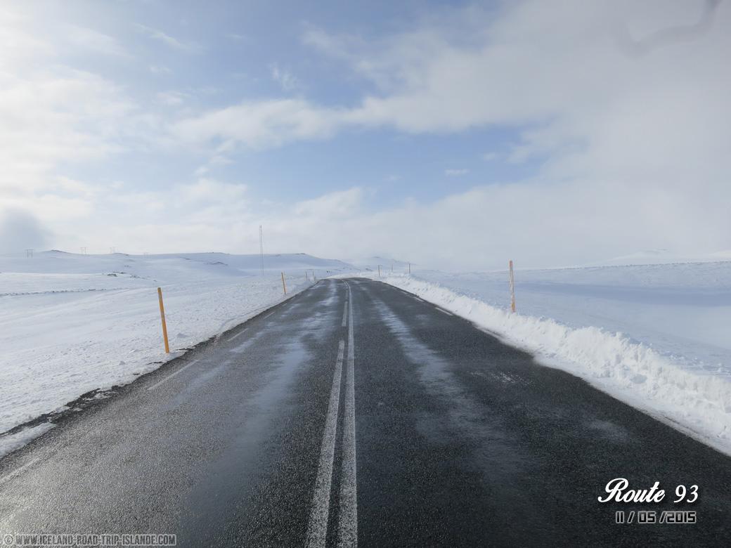 La route 93 vers Seyðisfjörður bordée de neige !
