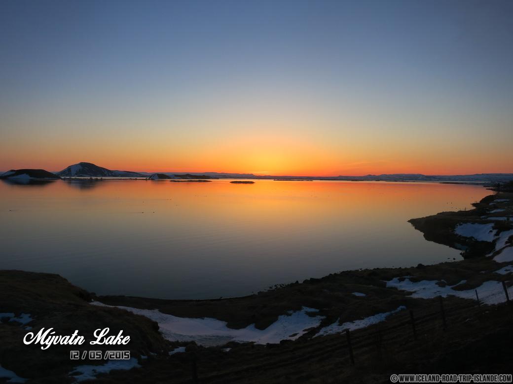 Le crépuscule magnifique sur le Lac Mývatn