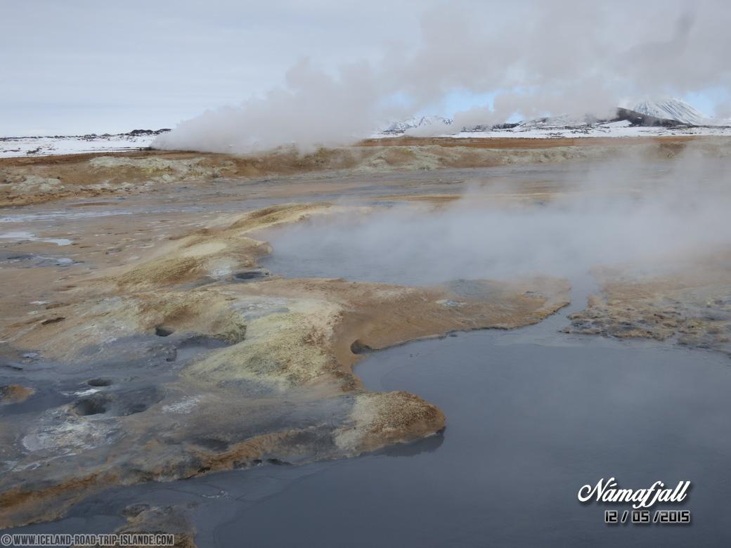 Les bains d'eau bouillonnante de Námafjall
