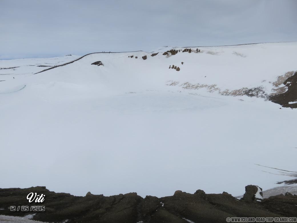 La cratère enneigé de Víti sur le mont Krafla