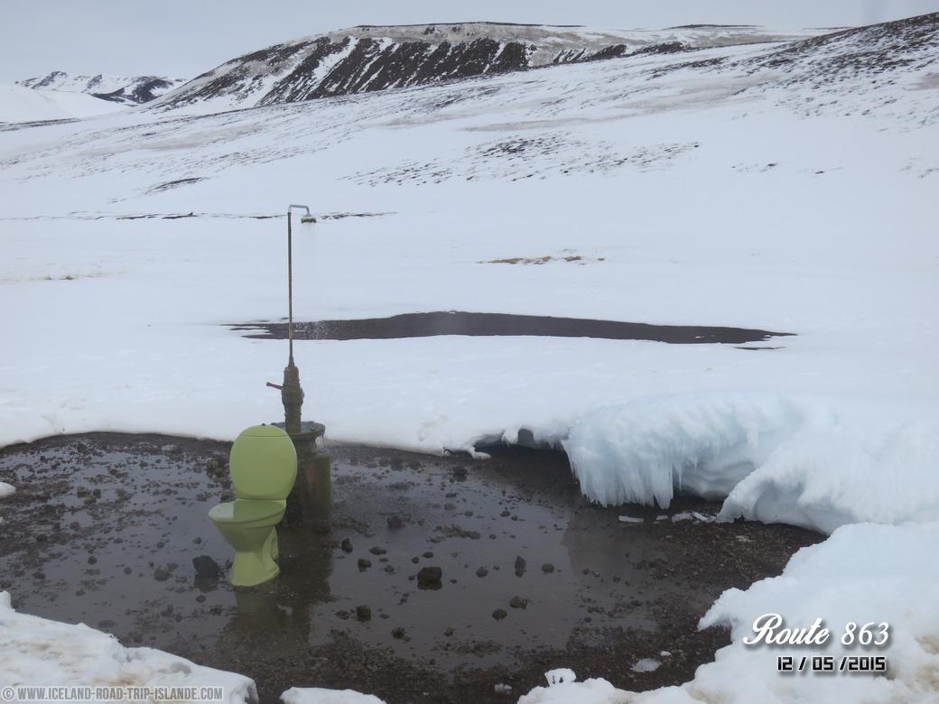 La douche et les toilettes abandonnés en pleine nature