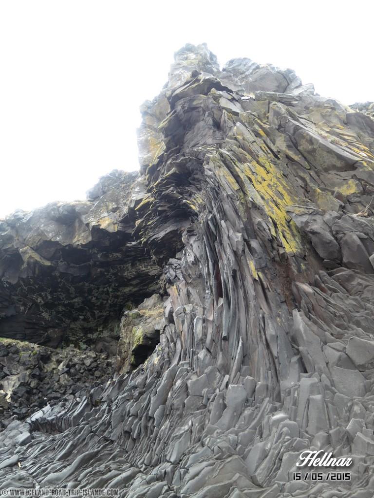 Une vague de rochers sur la plage de Hellnar