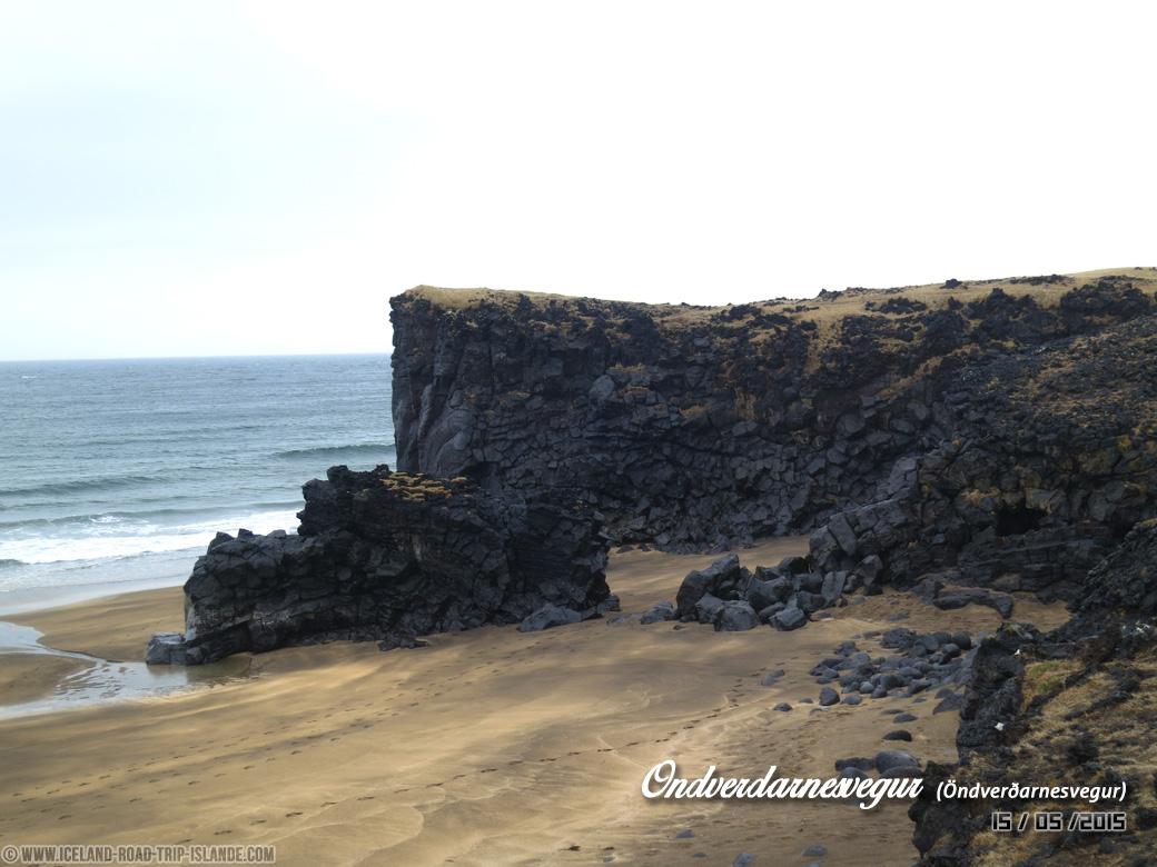 Une plage le long de la piste d'Öndverðarnesvegur